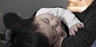 Niño en brazos de su cuidador