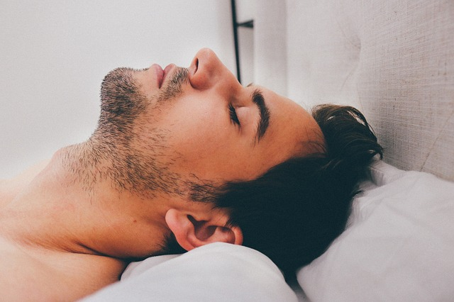 Chico atractivo en la cama