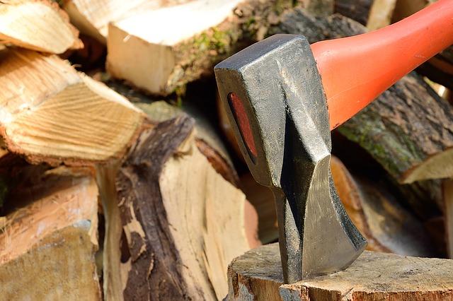 Hacha sobre trozos de madera