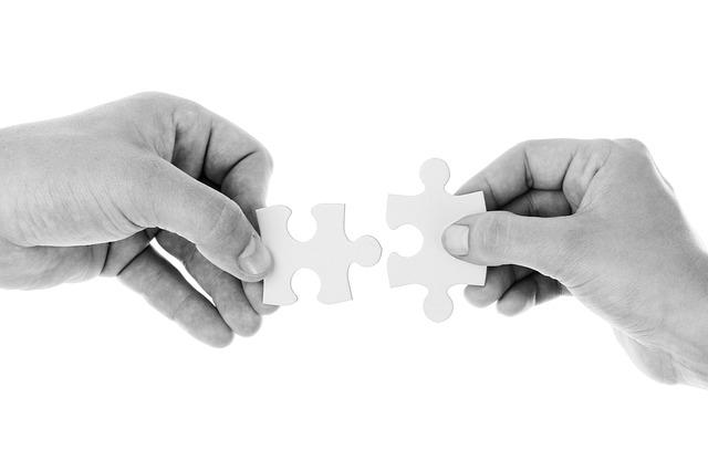manos-sujetando-piezas-puzzles