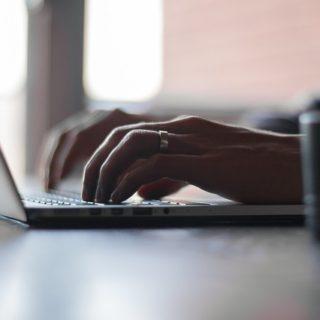 manos-sobre-portátil-escribiendo-mensaje-empatía