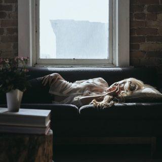 chica durmiendo en el sofá