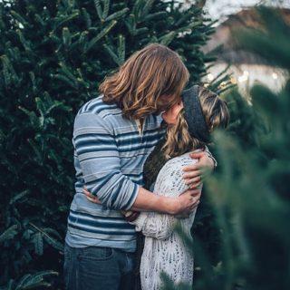 pareja-besándose-jardín