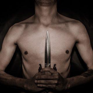 hombre sujetando cuchillo