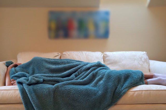 persona durmiendo en el sofá