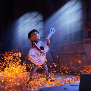 Miguel tocando la guitarra de Ernesto de la Cruz