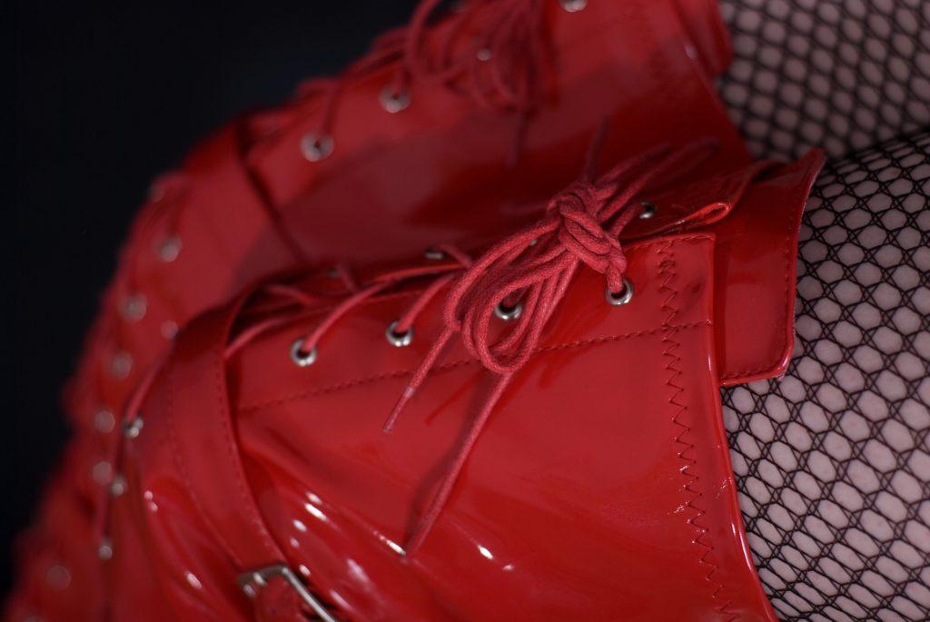 Botas de cuero rojo con cordones