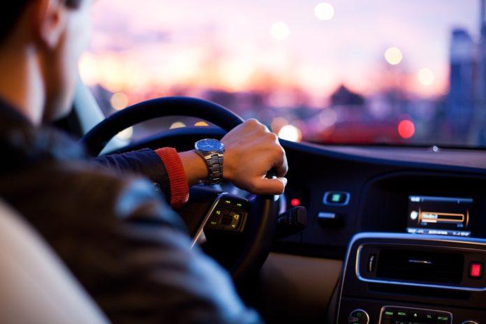 Hombre al volante
