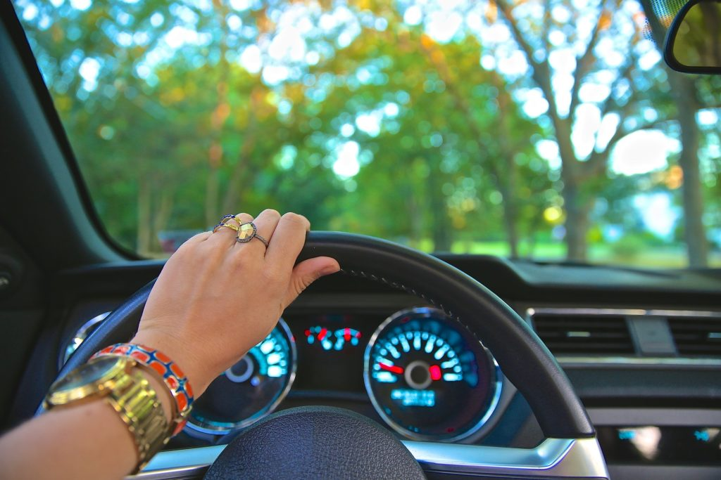 Mujer conduciendo por el bosque