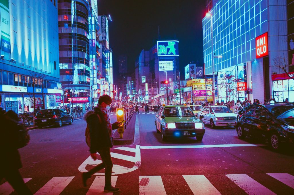 Hombre con mascarilla cruzando un paso de peatones