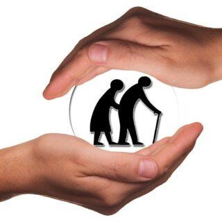 En la imagen se observan unas manos aguardando una bola de cristal con una pareja de ancianos, uno de ellos con bastón. Es un símil de cómo hay que cuidar al paciente objetivo y al potencial paciente oculto.